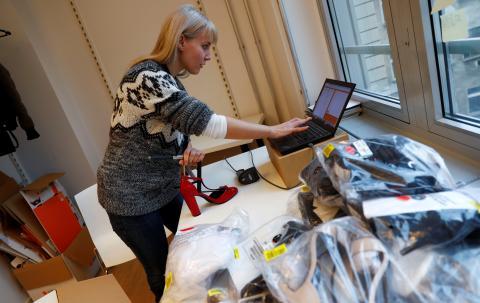 Mujer comprando a través del ordenador