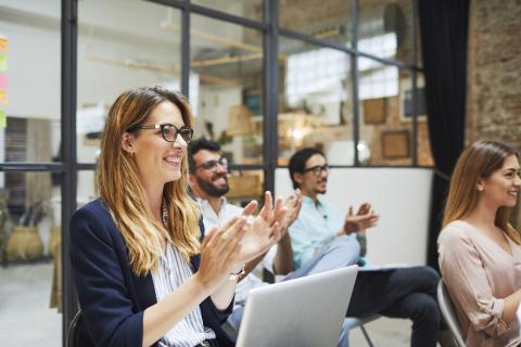 Mujer emprendedora en una reunión