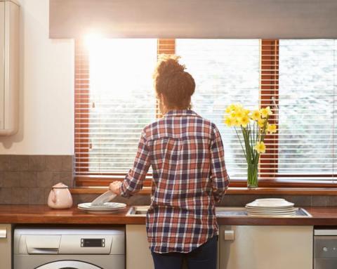 mujer haciendo tareas hogar