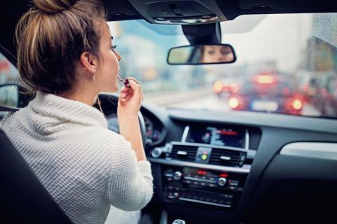 Mujer maquillaje coche