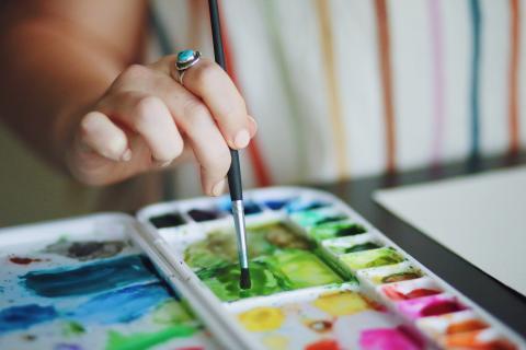 mujer pintando, pintor, arte
