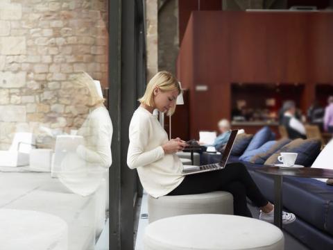 Para no sentirte atrapado en casa, intenta trabajar en un lugar nuevo al menos una vez a la semana.
