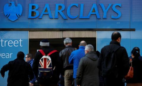 Una multitud en una sucursal de Barclays.