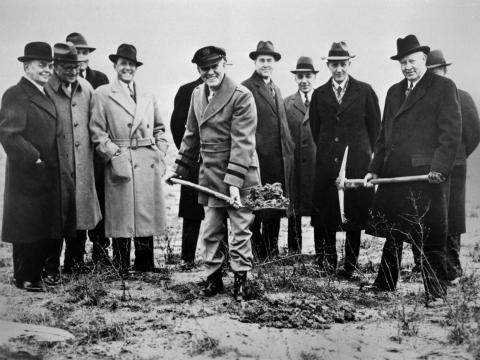 El Dr. George W. Lewis (centro), director de investigación del NACA, cava el futuro hueco del AERL en 1941.