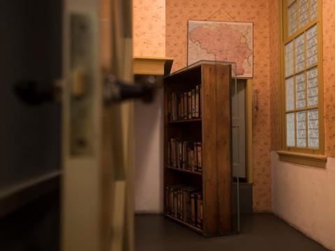 La estantería que escondía la escalera que conducía al escondite de la familia Frank.
