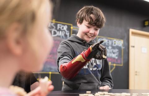Niño usando la prótesis biónica Hero Arm de Open Bionics