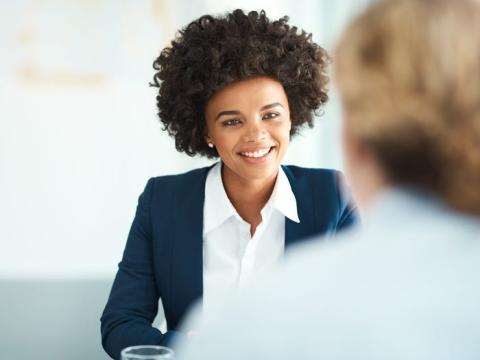 No sea tímido a la hora de discutir un salario más alto o más beneficios.