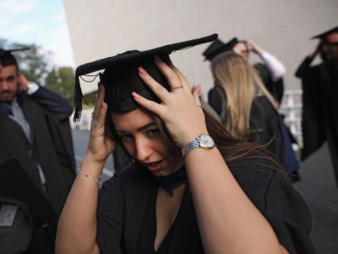 Más de la mitad de los matrimonios de personas que no completaron la secundaria terminaron en divorcio.