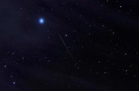 Un resto de la lluvia de estrellas de las Oriónidas, creado por los remanentes del Cometa Halley, se ve en el cielo nocturno cerca de Green River, Utah, Octubre 23, 2019.