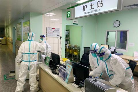 El personal médico usa trajes protectores en el hospital Zhongnan de Wuhan.