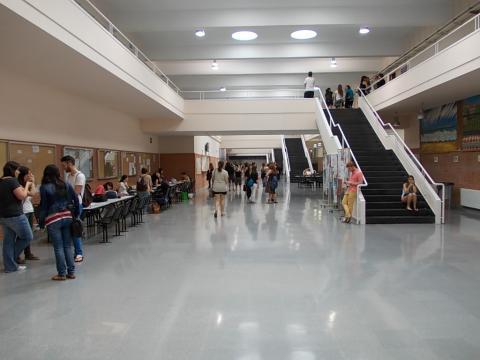 Pasillo de la Facultad de Psicología de la UAM.