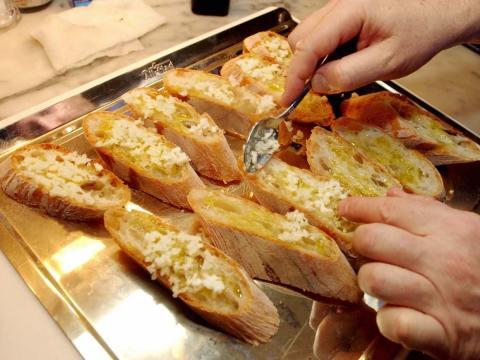 Los amantes del ajo pueden tener dificultades para no pedir una canasta de pan de ajo, pero se trata de un acompañamiento que quizás sea mejor preparado en casa.