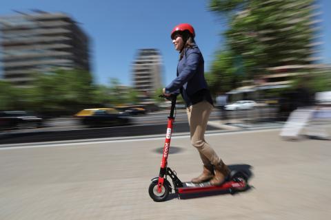 Mujer montando en patinete eléctrico