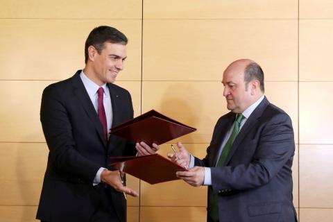 Pedro Sánchez firma su acuerdo con Andoni Ortuzar (PNV).