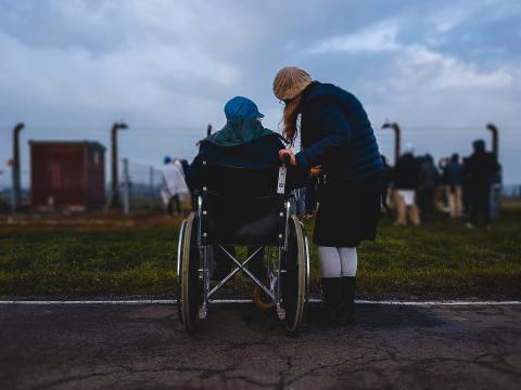 persona en silla de ruedas, voluntariado
