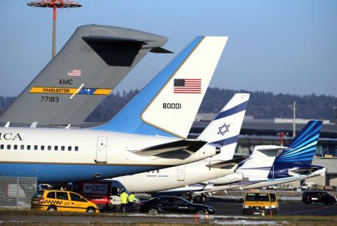 Los aviones que transportan a los delegados que asisten al Foro Económico Mundial de 2016 en Davos, Suiza, llegan al aeropuerto de Zúrich en enero de 2016.