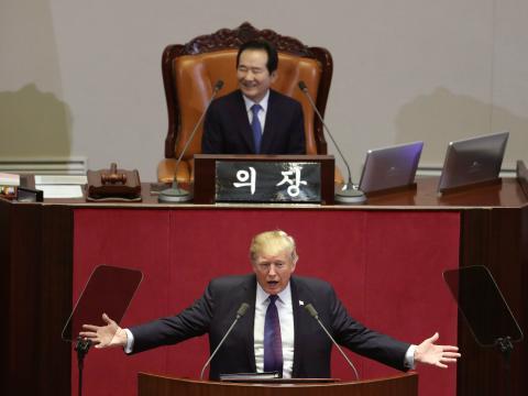 El primer ministro de Korea del Sur recibe a Trump en su Parlamento.