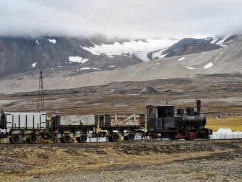 A principios del siglo XX, Longyearbyen se convirtió en una ciudad minera, aunque desde entonces las operaciones mineras se han ido eliminando progresivamente de la zona.