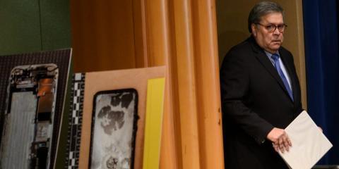 El Procurador General Bill Barr en una conferencia de prensa el 13 de enero sobre un tiroteo en una base naval en Pensacola, Florida. Apareció en el escenario con las imágenes del iPhone dañado del tirador.