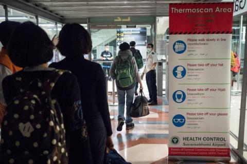 Las autoridades sanitarias efectúan exámenes térmicos a los pasajeros procedentes de Wuhan en el aeropuerto de Suvarnabhumi, en Tailandia, el 8 de enero.