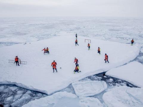 Puedes hacer un kickabout sobre el hielo. Eso sí asegúrate de estar armado por si aparecen osos polares.