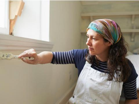 Una mujer pintando.