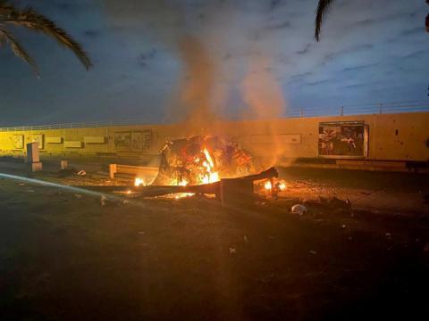 Restos en llamas junto al aeropuerto de Bagdad (Iraq) tras un bombardeo de EE.UU. sobre posiciones de los paramilitares iraquíes