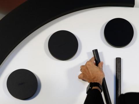 Robert Rosner, presidente del Boletín de los Científicos Atómicos, mueve el minutero del reloj del día del juicio final.