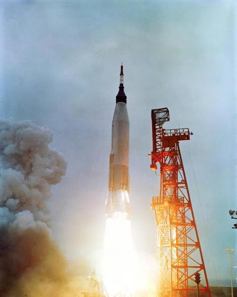 El astronauta Scott Carpenter despega de Cabo Cañaveral, Florida, en la misión Mercury Atlas 7 el 24 de mayo de 1962, en la cápsula Aurora 7.