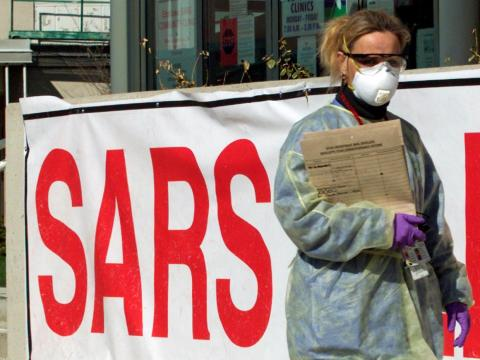 Una enfermera con equipo de protección camina por las inmediaciones de una Clínica de Síndrome Respiratorio Agudo Severo (SRAS) en Toronto.