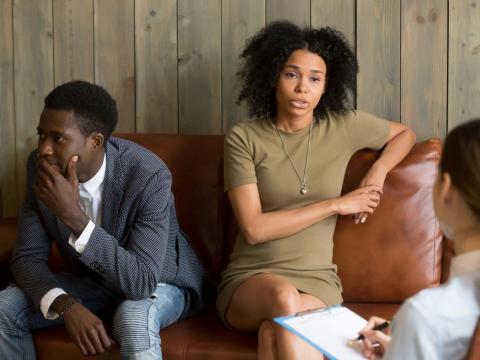 Dos personas reunidas con un terapeuta.