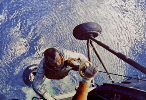 Alan Shepard es rescatado por un helicóptero de la Marina Estadounidense después de la exitosa órbita del Freedom 7 y su posterior caída, el 5 de mayo de 1961.