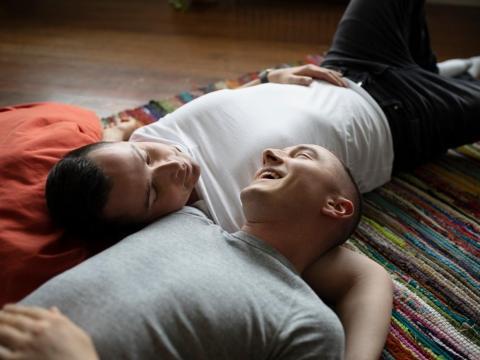 Una pareja tirada en el suelo juntos.