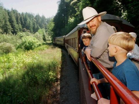 El Skunk Train es uno de los muchos ferrocarriles propiedad de Hart.