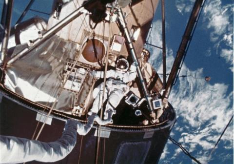 Durante la misión final de Skylab en 1974, un miembro de la tripulación flotó fuera del laboratorio en órbita.