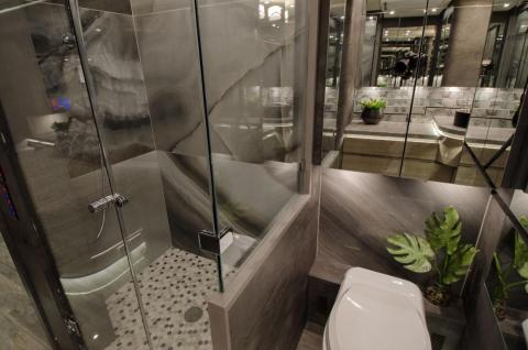 The stand-up shower makes no compromises and looks standard size.