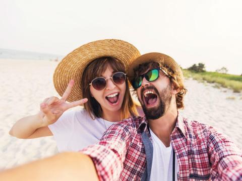 Una pareja feliz haciéndose un selfie.