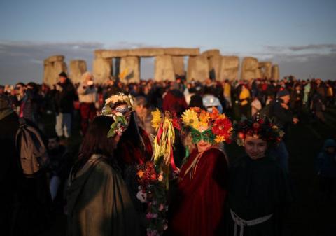 Los visitantes de Stonehenge ven el Solsticio de Verano.