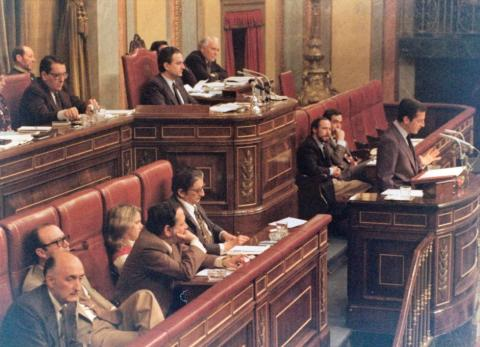 Suárez en la tribuna del Congreso el día que forma su segundo gobierno democrático.