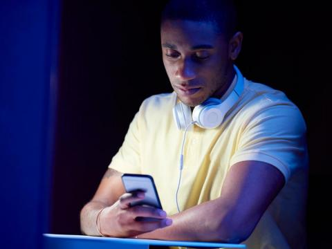 Un hombre mirando su móvil.