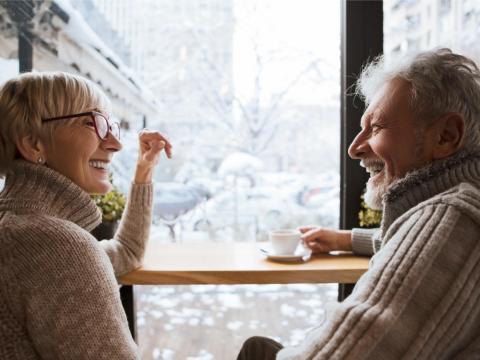 Una pareja interactuando mientras toman café.