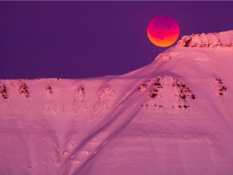 Una súper luna de sangre azul vista desde Longyearbyen, el 31 de enero de 2018.