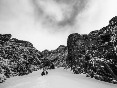 Xavier de le Rue y Samuel Anthamatten vistos durante la producción de Degrees North en Svalbard, Noruega el 1 de mayo de 2014