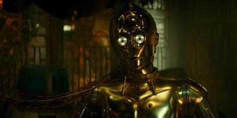 C-3PO dice que tiene prohibido hablar el idioma Sith por una moción del Senado de hace años.