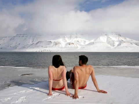 ... O tomar un poco el sol (los de la foto son dos activistas por el clima).
