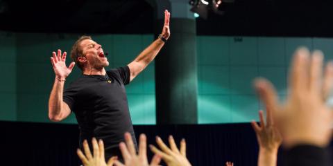 Tony Robbins anima a la gente con su optimismo