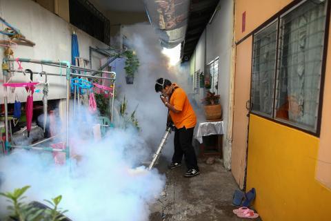 Un trabajador de la ciudad fumiga la zona para controlar la propagación de los mosquitos en una universidad de Bangkok.