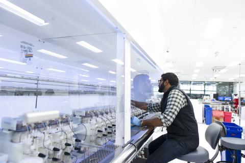 Un trabajador en el laboratorio de Ginkgo Bioworks