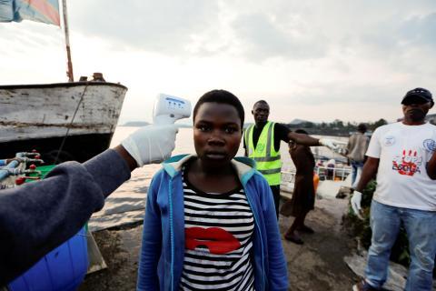 Un trabajador sanitario comprueba la temperatura de un ciudadano en la República Democrática del Congo ante el brote de ébola de 2019.