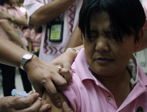 Un trabajador sanitario es vacunado contra la gripe porcina en México.